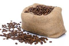 Grains de café dans un sac de toile de jute Image stock