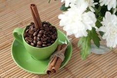 Grains de café dans une cuvette verte Photographie stock libre de droits
