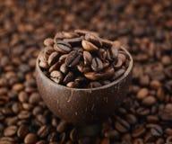 Grains de café dans une tasse en bois images libres de droits