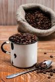 Grains de café dans une vieille tasse en métal Image libre de droits