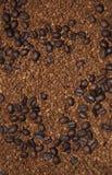 Grains de café de Brown et café soluble photographie stock libre de droits