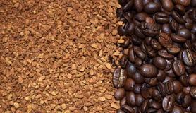 Grains de café de Brown et café soluble image stock