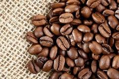 Grains de café de Brown sur un sac de jute. Photographie stock libre de droits