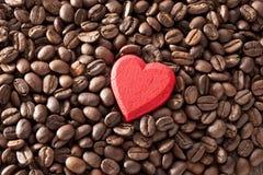 Grains de café de coeur d'amour image libre de droits