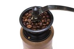Grains de café de moulin à café pleins Photographie stock