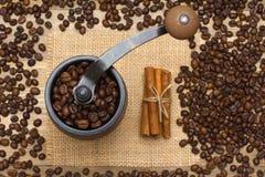 Grains de café de moulin à café pleins Photo libre de droits