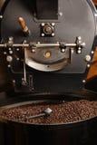 Grains de café de refroidissement de rôtissoire photo libre de droits