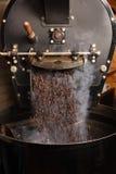 Grains de café de torréfaction Images libres de droits