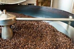 Grains de café de torréfaction Photographie stock libre de droits