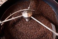Grains de café de torréfaction Images stock