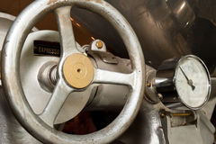 Grains de café de torréfaction Photo stock
