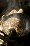 Grains de café de torréfaction Image stock