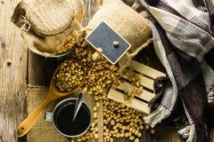 Grains de café de vue supérieure et tasse de café sur une table en bois Photo stock