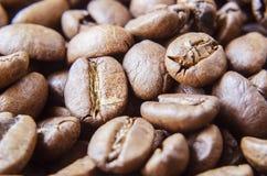 Grains de café dispersés au-dessus des 5 extérieurs image stock