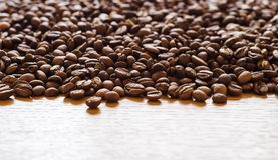 Grains de café dispersés au-dessus des 6 extérieurs photographie stock
