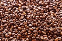 Grains de café dispersés au-dessus des 3 extérieurs image libre de droits