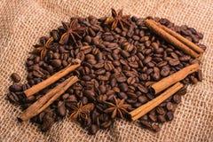 Grains de café dispersés sur la toile de jute Photographie stock libre de droits