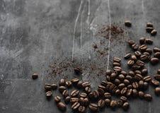 Grains de café dispersés sur la vue supérieure de fond gris photo stock