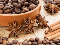 Grains de café du plat Cannelle et anis près du plat Images stock