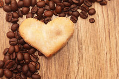 Grains de café en bois d'arbre de fond dispersés Photographie stock