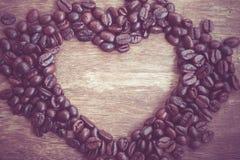 Grains de café en forme de coeur Photo stock