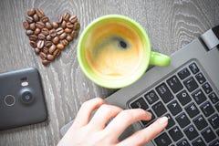 Grains de café en forme de coeur suggérant la dépendance de café images stock