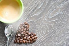 Grains de café en forme de coeur suggérant la dépendance de café photo stock