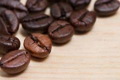 Grains de café en gros plan sur la table en bois Photographie stock