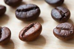 Grains de café en gros plan sur la table en bois Photo libre de droits