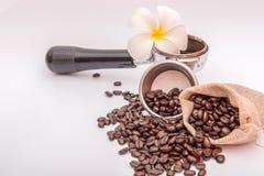 Grains de café en toile de jute avec la fleur Photo libre de droits