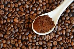 Grains de café entiers Administrez le cafè à la cuillère moulu Photo stock