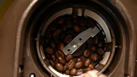 Grains de café environ à être moulus banque de vidéos