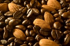 Grains de café et amandes Photos stock