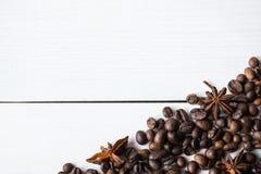 Grains de café et anies sur la table Photos stock