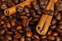Grains de café et bâtons de cannelle Photographie stock libre de droits