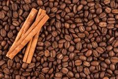 Grains de café et bâtons de cannelle Photo stock