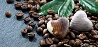 Grains de café et bonbons au chocolat Photos stock