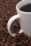 Grains de café et brassé Images stock