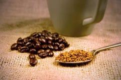 Grains de café et café instantané et tasse Image libre de droits