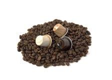 Grains de café et capsule d'isolement sur le fond blanc Image libre de droits