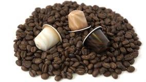 Grains de café et capsule d'isolement sur le fond blanc Images libres de droits