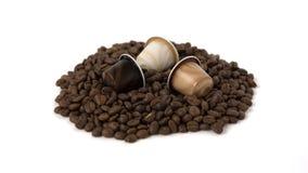 Grains de café et capsule d'isolement sur le fond blanc Photos libres de droits