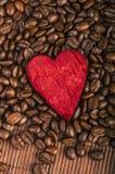 Grains de café et coeur rouge Image stock
