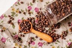 Grains de café et cuillère photos stock
