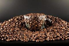 Grains de café et cuvette Image stock