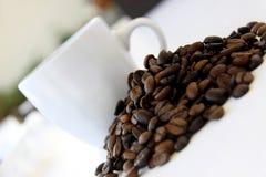 Grains de café et cuvette de café photographie stock libre de droits