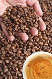 Grains de café et cuvette de café Photos stock