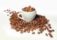 Grains de café et cuvette de café Image stock