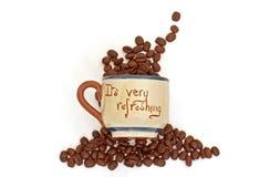 Grains de café et cuvette régénérateurs de mot photographie stock