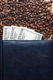 Grains de café et d'argent dans un carnet en cuir Affaires de café Photographie stock